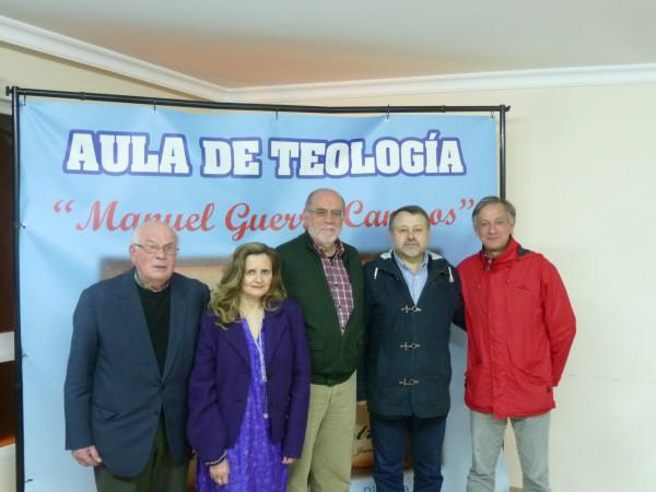 De esquerda  a dereita:  Cesáreo Canabal (Párroco) acompañado de parte dos autores Esther Del Castillo, Antón Luaces, Xosé María Fdez.Pazos (Coordinador da obra) e Manuel Mirás secretario de Cáritas Ribeira.